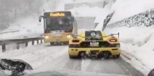 YOUTUBE Auto da corsa da 1,5 milioni si fa superare dalla corriera sulla neve