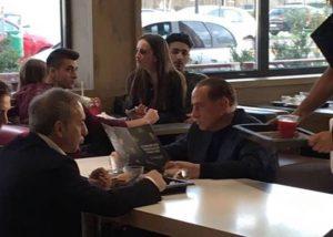 """Berlusconi da McDonald's. """"E' stato molto gentile, ha salutato tutti"""" FOTO"""