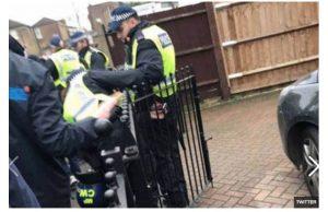 Tottenham-Millwall, poliziotto ammanettato dai tifosi (FOTO)