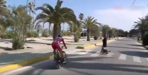 YOUTUBE Ciclismo, fuoriprogramma per Sagan alla Tirreno: pedone e cane attraversano