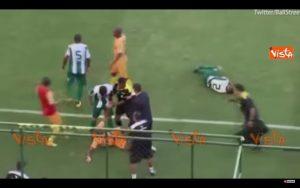 Brasile, un fallo normale scatena una maxi rissa (VIDEO)