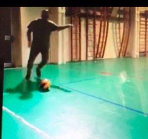 Canestro con i piedi da distanza impossibile (VIDEO)
