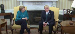 Trump e Merkel, incontro teso: distanti sui migranti. E quella stretta di mano negata FOTO-VIDEO
