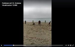 Crotone, partitella in spiaggia con Serie A ferma (VIDEO)