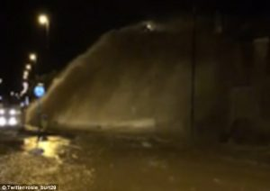 Tubo acqua si rompe in strada getto spacca finestre e sposta auto