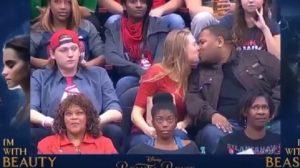 YOUTUBE Nba, fidanzato rifiuta la kiss cam, lei bacia il vicino