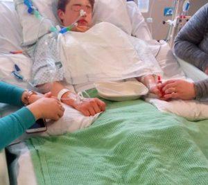 In coma per l'ecstasy, la madre pubblica le foto del figlio intubato
