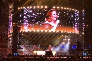 """YOUTUBE Adele e l'annuncio ai fan durante il concerto: """"Sono sposata ora"""""""