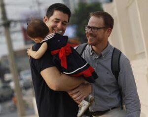Gay, possono adottare: prima sentenza a favore di una coppia di Firenze