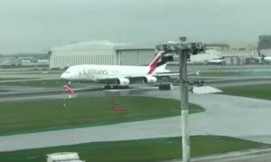 YOUTUBE Aereo Emirates, atterraggio d'emergenza a Londra per carrello aperto