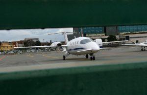 Genova, paura per l'aereo in atterraggio: si ferma a 30 cm dal mare...