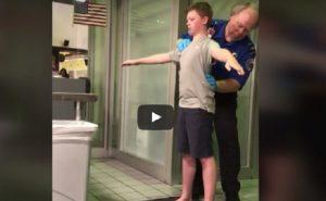 """Usa, una madre denuncia: """"Mio figlio disabile perquisito: un inferno"""""""