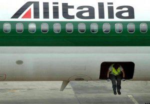 Alitalia, l'ad promette lacrime e sangue o l'estinzione. No dei sindacati, Governo alla finestra
