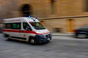 Roma, 2 ragazzine investite dall'ambulanza in Viale Manzoni: ferite