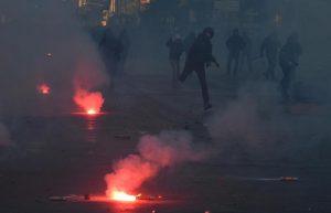 Salvini a Napoli: scontri al corteo, sassi e petardi contro polizia. Cinque fermi FOTO-VIDEO