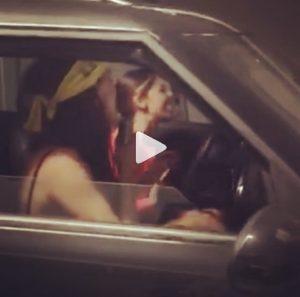 Belen Rodriguez canta in auto con la sorella VIDEO. Ma qualcosa ai fan non piace