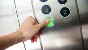 Roma, precipita ascensore del palazzo delle Assicurazioni: tre feriti