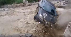 Prova a passare fiume fango e viene travolto: si salva all'ultimo secondo