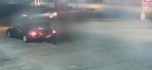 YOUTUBE Rapita, apre bagagliaio auto dove era chiusa e scappa