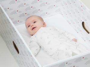 Bimbi in scatola: con la baby box finlandese meno morti in culla