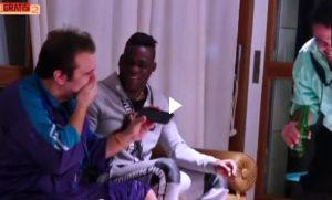 Pio e Amedeo da Balotelli, il calciatore fa scherzi telefonici a Foggia VIDEO
