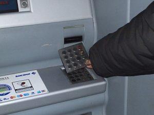 Bancomat, nuova truffa: usi la tessera per aprire le porte e...