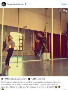 Belen Rodriguez a lezione di pole dance VIDEO: ma non tutti i fan apprezzano, ecco perché