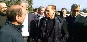 """Berlusconi, nuova barzelletta: """"Uno dice ad una ragazza..."""" VIDEO"""