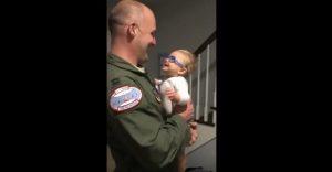 Bimbo 9 mesi vede prima volta padre grazie a occhiali speciali