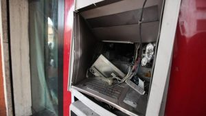 Carugate, esplosivo attaccato al bancomat: inquilini del palazzo buttati giù dal letto