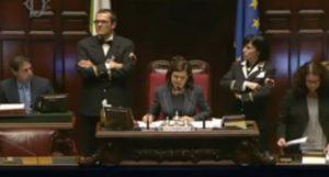 """Laura Boldrini: """"Commemoriamo le vittime di Londra"""". Coro di """"noo"""" dall'Aula: è giovedì e.."""