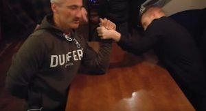 YOUTUBE Dublino: sfida il barista a braccio di ferro e si rompe il braccio