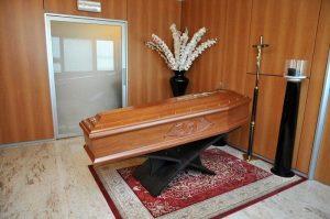 Chi paga il funerale? Scatta la rissa: botte e spintoni in camera mortuaria