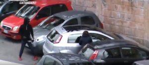 Parcheggiatori abusivi aggrediscono carabinieri poi fuggono