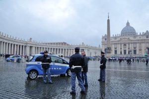Roma, travestiti da poliziotti derubavano turisti a San Pietro: arrestati 3 romeni