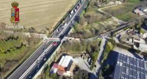 VIDEO Crollo A14, ponte sulle auto: le immagini dall'elicottero della polizia