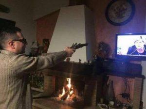 """Don Pino Brosio punta pistola contro Camusso in tv e posta foto su Fb """"Io questa me la farei. Fuori"""""""