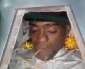 Morto nella bara: parenti gli mettono in bocca spinello marijuana