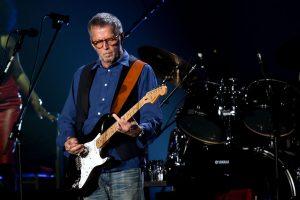 """Eric Clapton sulla sedia a rotelle, cantante cancella concerti: """"Grave bronchite"""""""