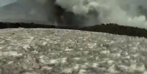 YOUTUBE Etna, momento dell'esplosione: troupe BBC bombardata da lapilli, la fuga