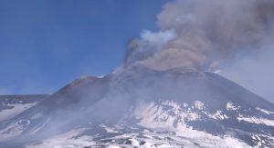 YOUTUBE Etna, eruzione senza sosta: le spettacolari immagini dal vulcano