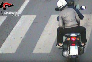 YOUTUBE Napoli: fidanzati-rapinatori, così derubavano automobilisti nel traffico
