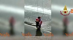 YOUTUBE Firenze: vigili del fuoco salvano turista nel fiume Arno