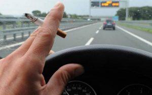 Fuma in auto con il figlio di 8 anni: multa da 110 euro