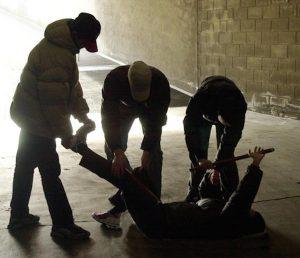 Roma, pestano quindicenne per rubargli il giubbotto: caccia alla baby gang