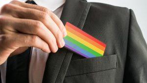 Gay, studio rivela: non fanno carriera a causa del timbro di voce