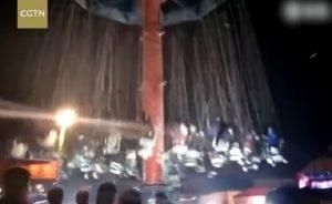 YOUTUBE Giostra dei seggiolini volanti crolla: lo schianto ripreso in diretta