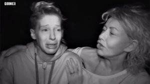 Isola dei famosi, Giulia Calcaterra in lacrime tra le braccia di Eva Grimaldi