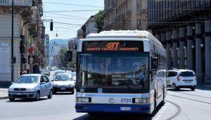 Torino, si tocca sul bus e sporca una ragazza: fermato e rilasciato