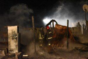 YOUTUBE Ridono mentre il Gran Ghetto di Foggia va a fuoco: ipotesi incendio doloso
